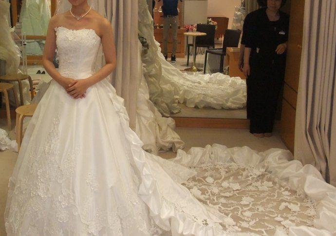 China 2014 New Arrival White Expensive Designer Wedding Dresses With Scoop Neckline Sleeveless