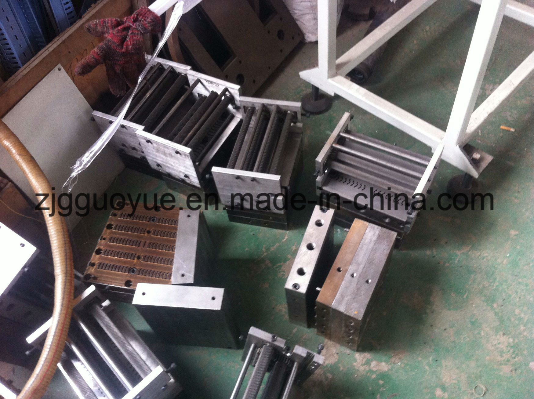 PA66GF25 Nylon Heat Insulation Strip Production Mold