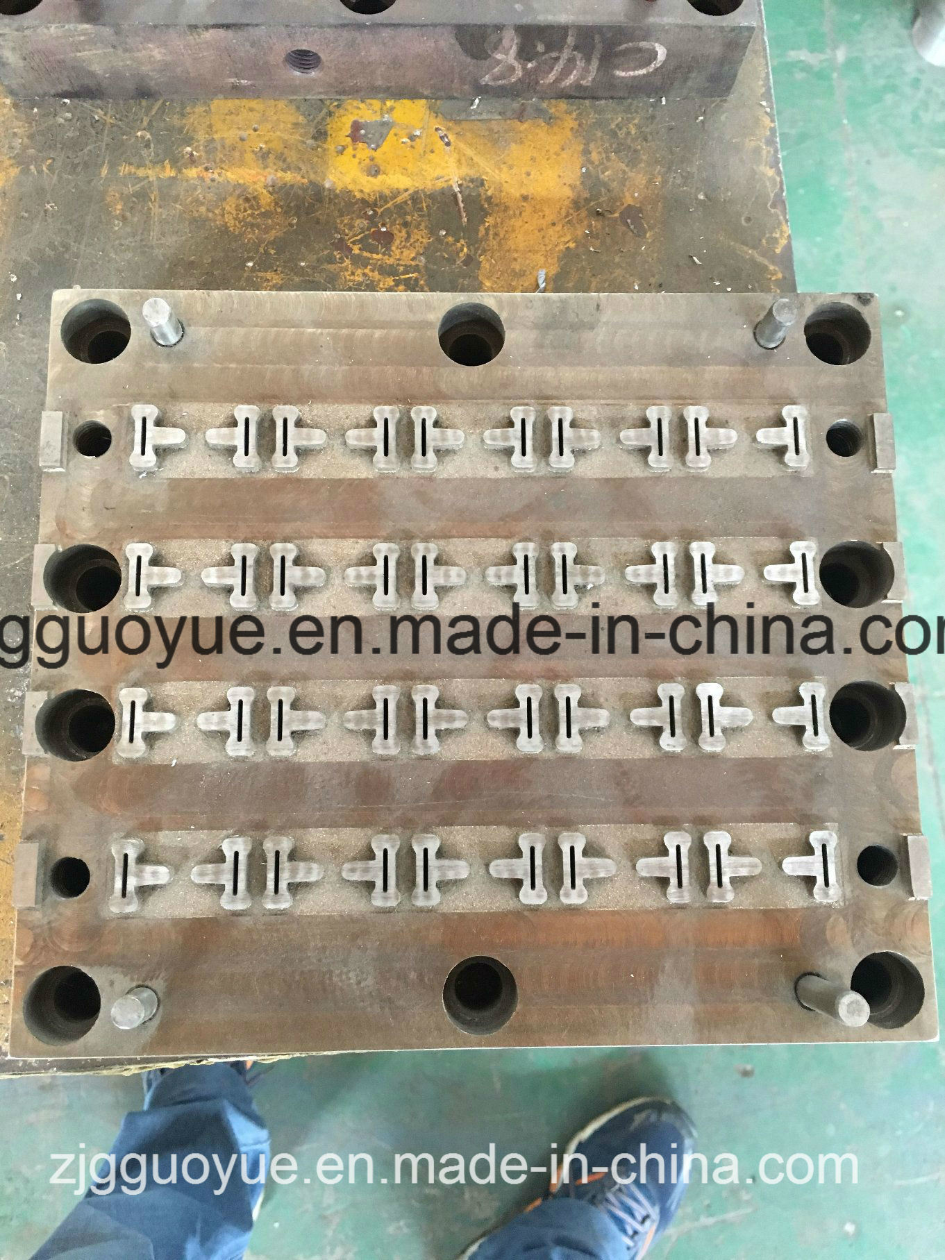 PA66GF25 Nylon Heat Insulation Strip Production Mold