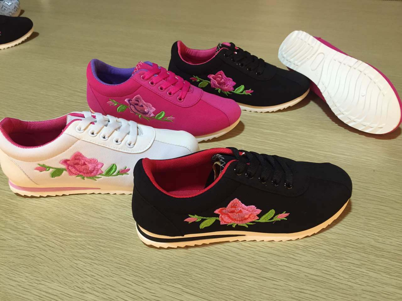 Flat Lace up Comfort Women Sports Shoes with Flowers Fabric