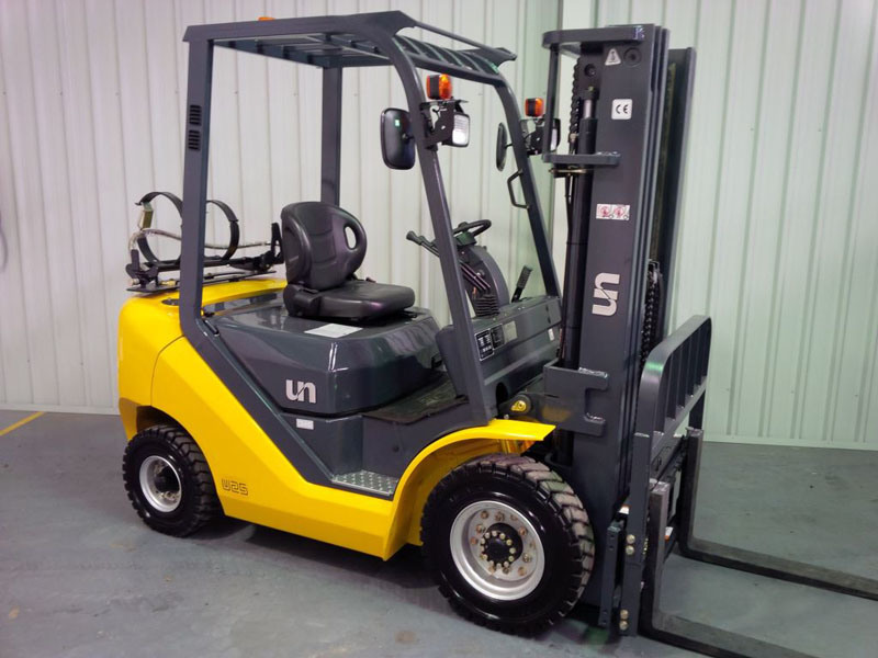 Un 2.5t LPG Forklift with Container Mast and Side Shift