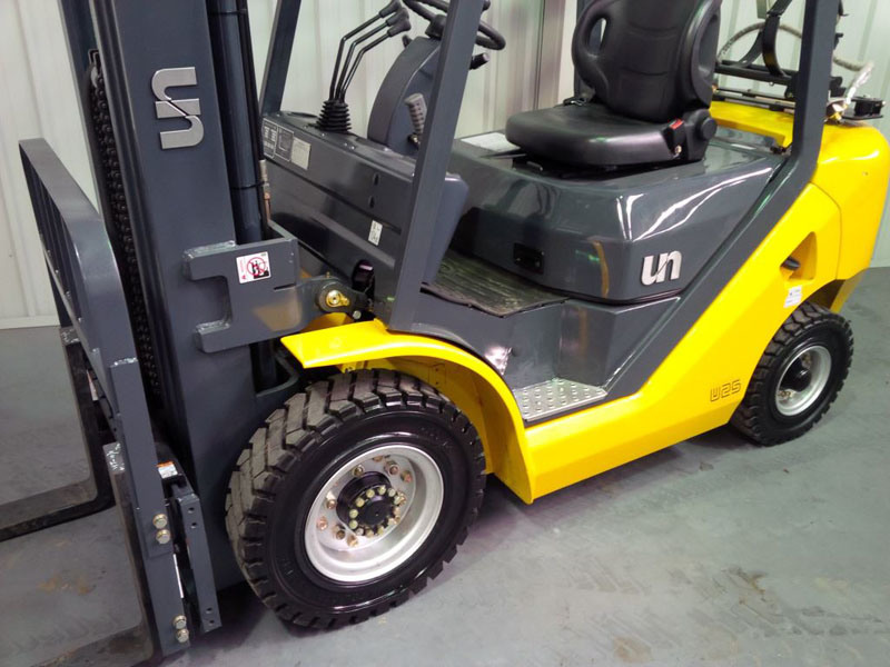 Un 1.5t Nissan LPG Forklift with 4700mm 3-Stage Container Mast