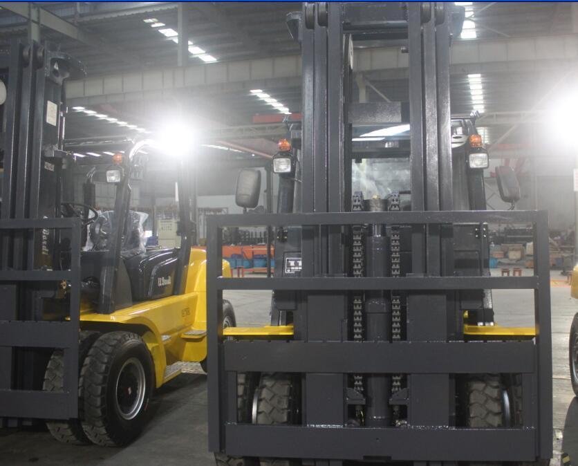 Un 7.0t Diesel Forklift with Original Isuzu Engine and Triplex 6.0m Mast