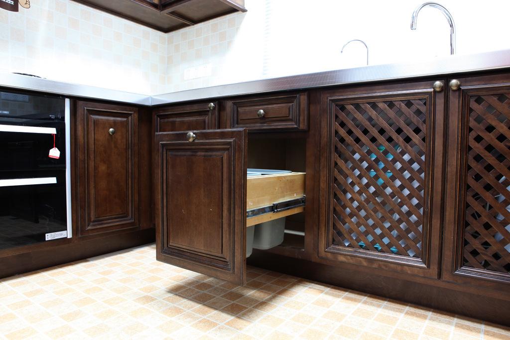 cuisine fonc e cbinet d 39 rable de ch taigne cuisine fonc e cbinet d 39 rable de ch taigne fournis. Black Bedroom Furniture Sets. Home Design Ideas