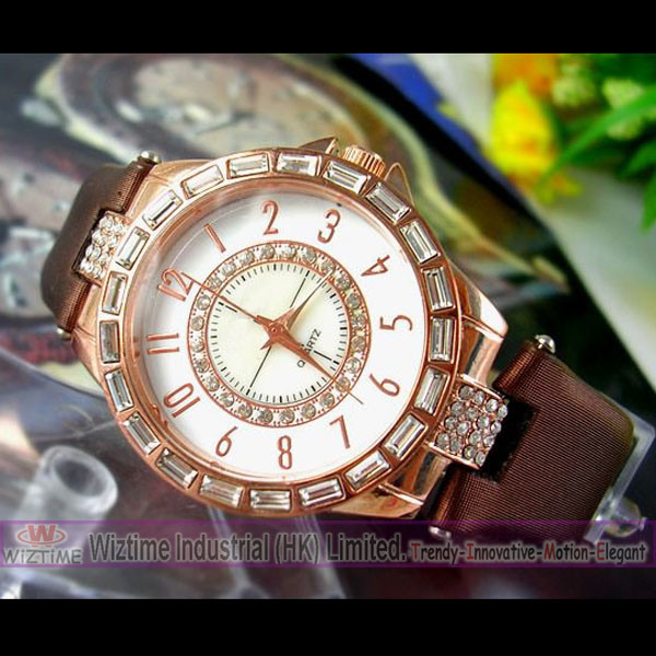 Leather Band Quartz Watch. Crystal Quartz Watch Round