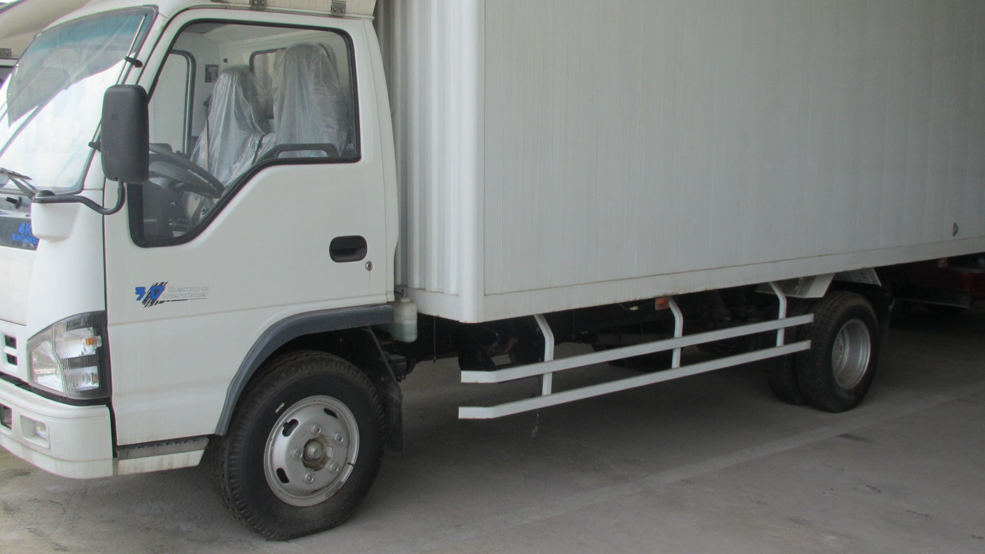 Isuzu 600p Single Row Light Van Truck (NKR77PLNACJAX)