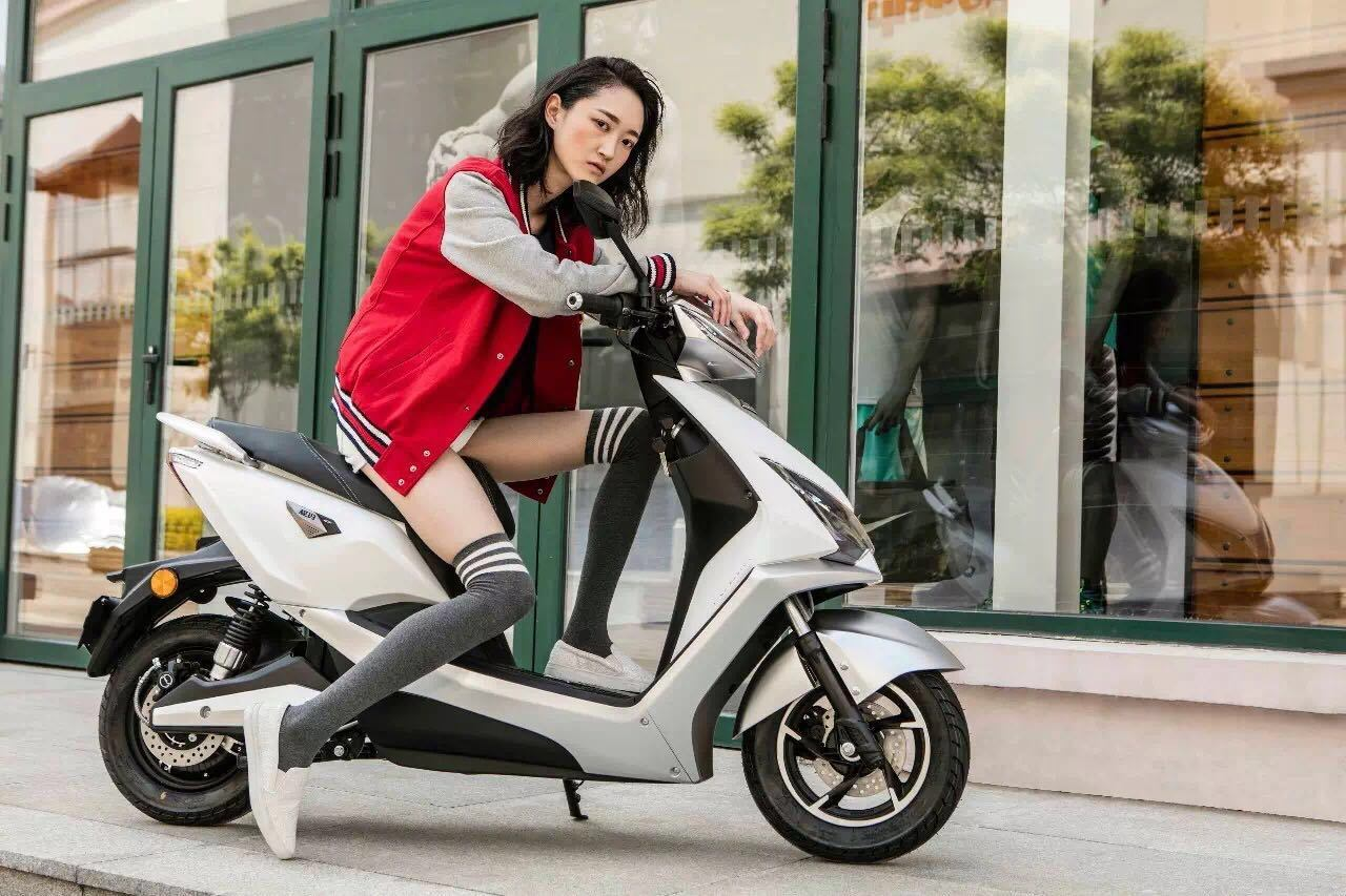 Patent Design Powerful Electric Scooter with 1200W Bosch Motor