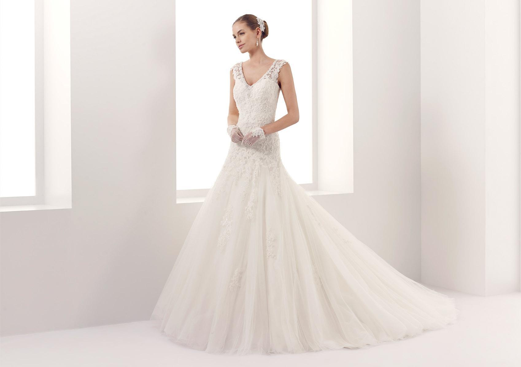 Beautiful Princess V-Neckline Lace Bridal Dress with Buttons