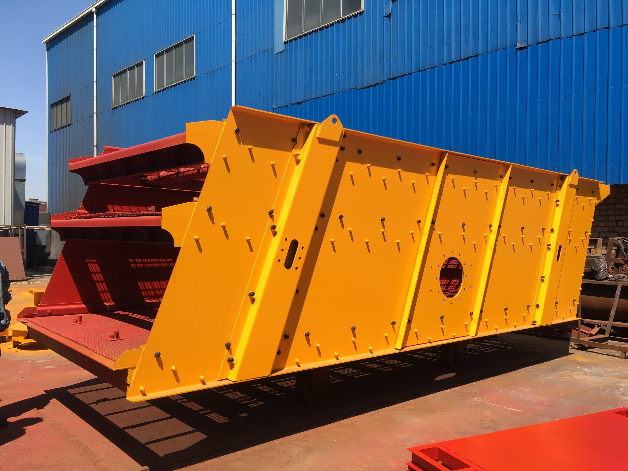 Good Performance Stone Inclined Vibrating Screen with NSK Bearings for Granite Aggregates Crushing Plant