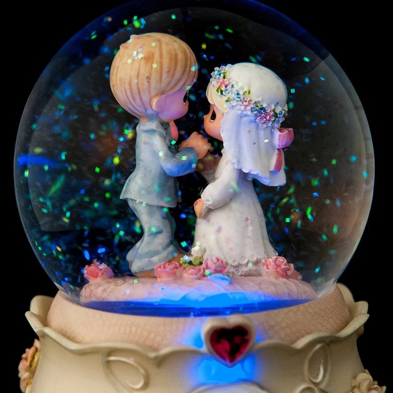 High Quality Resin Wedding Snow Globe with LED Light