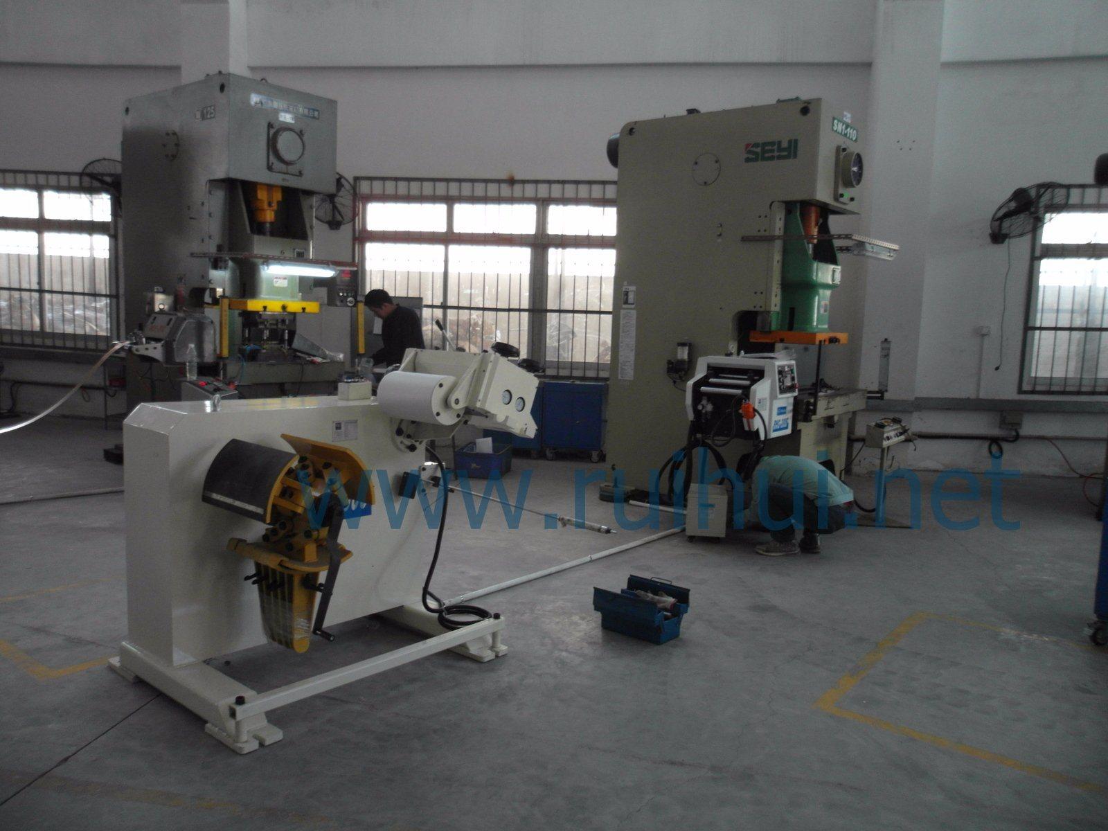 China Supplier 0.3-3.2mm Material Uncoiler with Straightener Make Strip Straightening