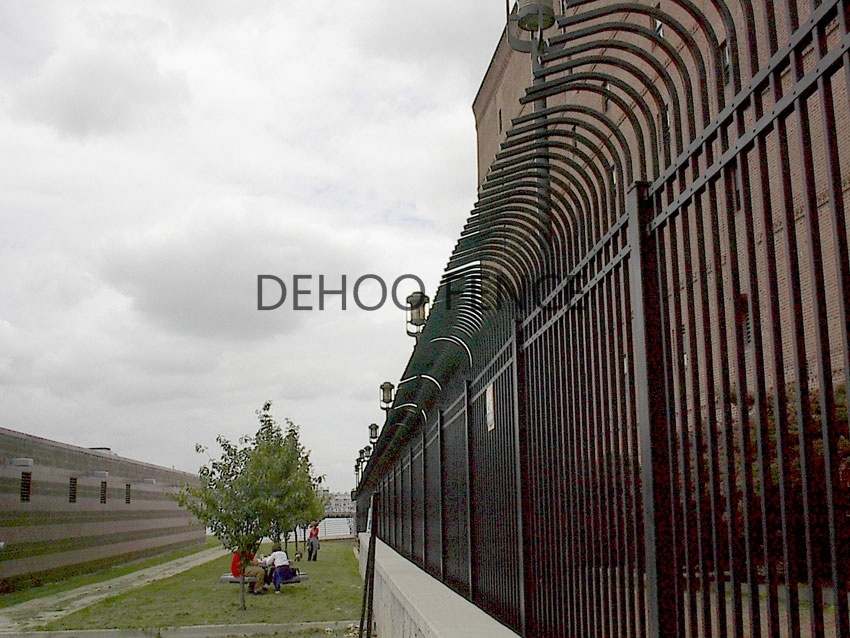 Ce/SGS Interpon Coated Galvanized Curved Picket Security Fence