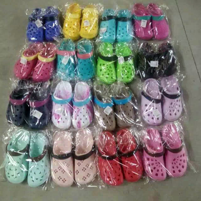Selling Mix Styles Stock EVA Garden Shoes Stock Clogs (GD1017-1)