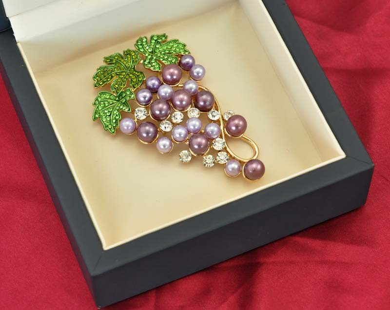 VAGULA Environmentally Friendly Pearl Grape Brooch for Lady