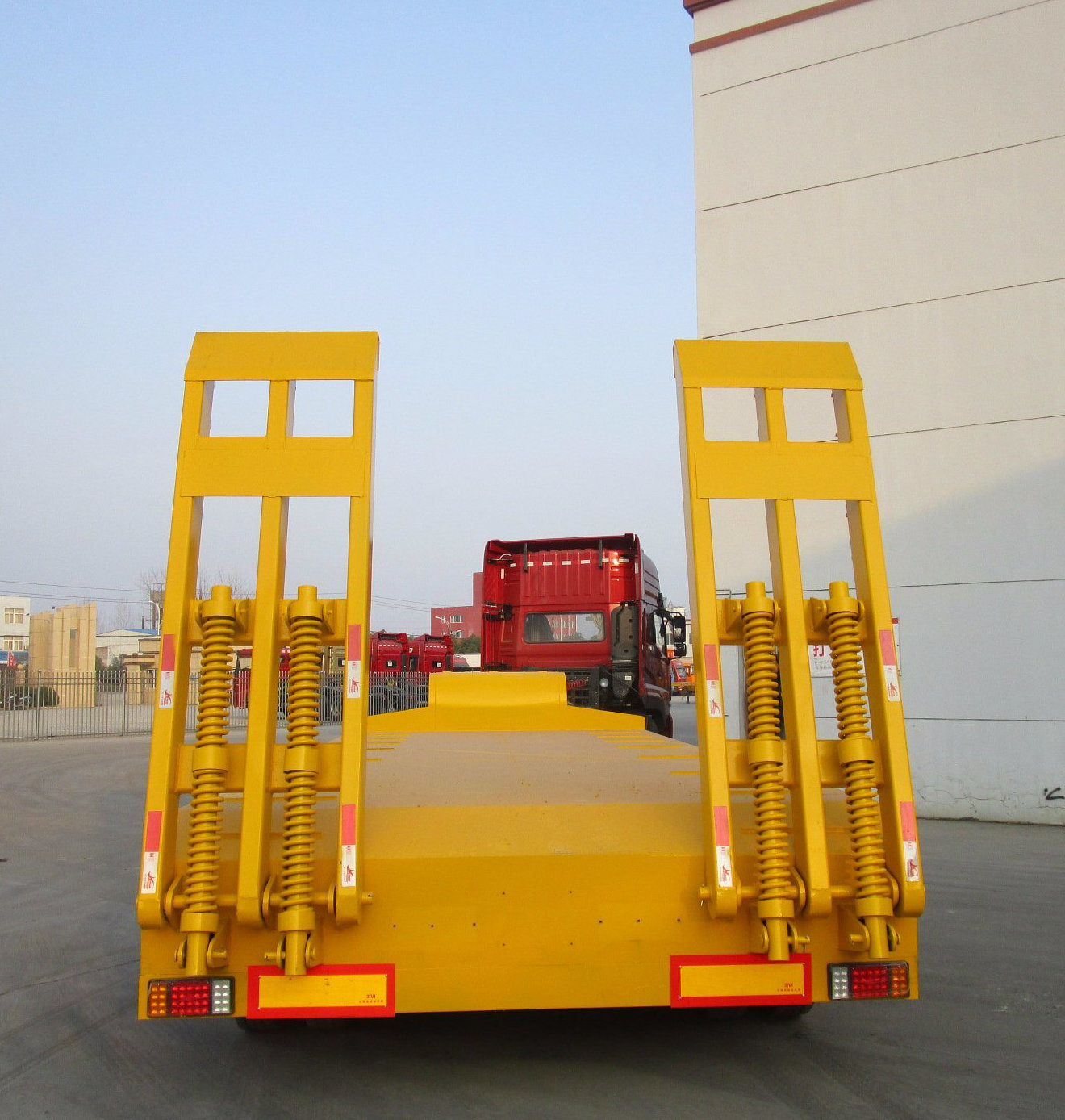 Gooseneck Flatbed Semitrailer with Ladder