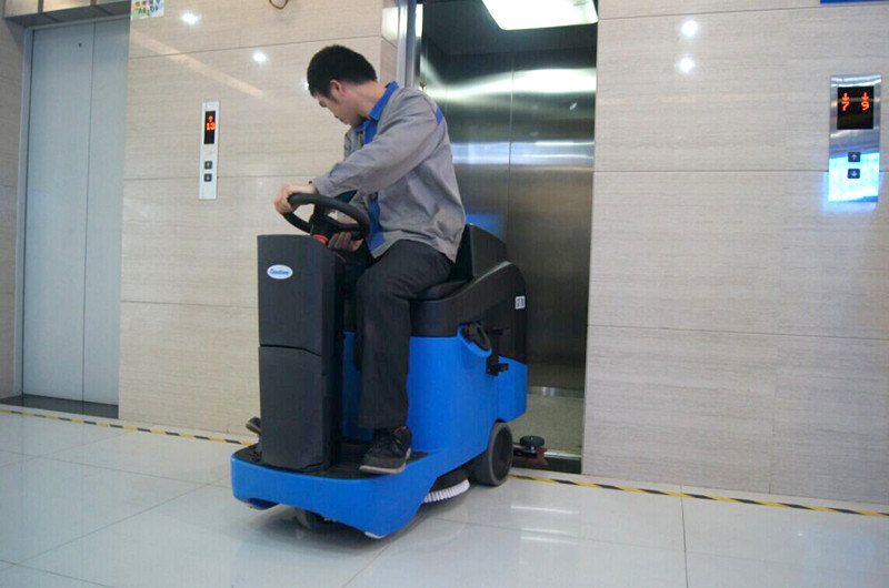 Compact Automatic Commercial Ce Ride-on Scrubber Dryer