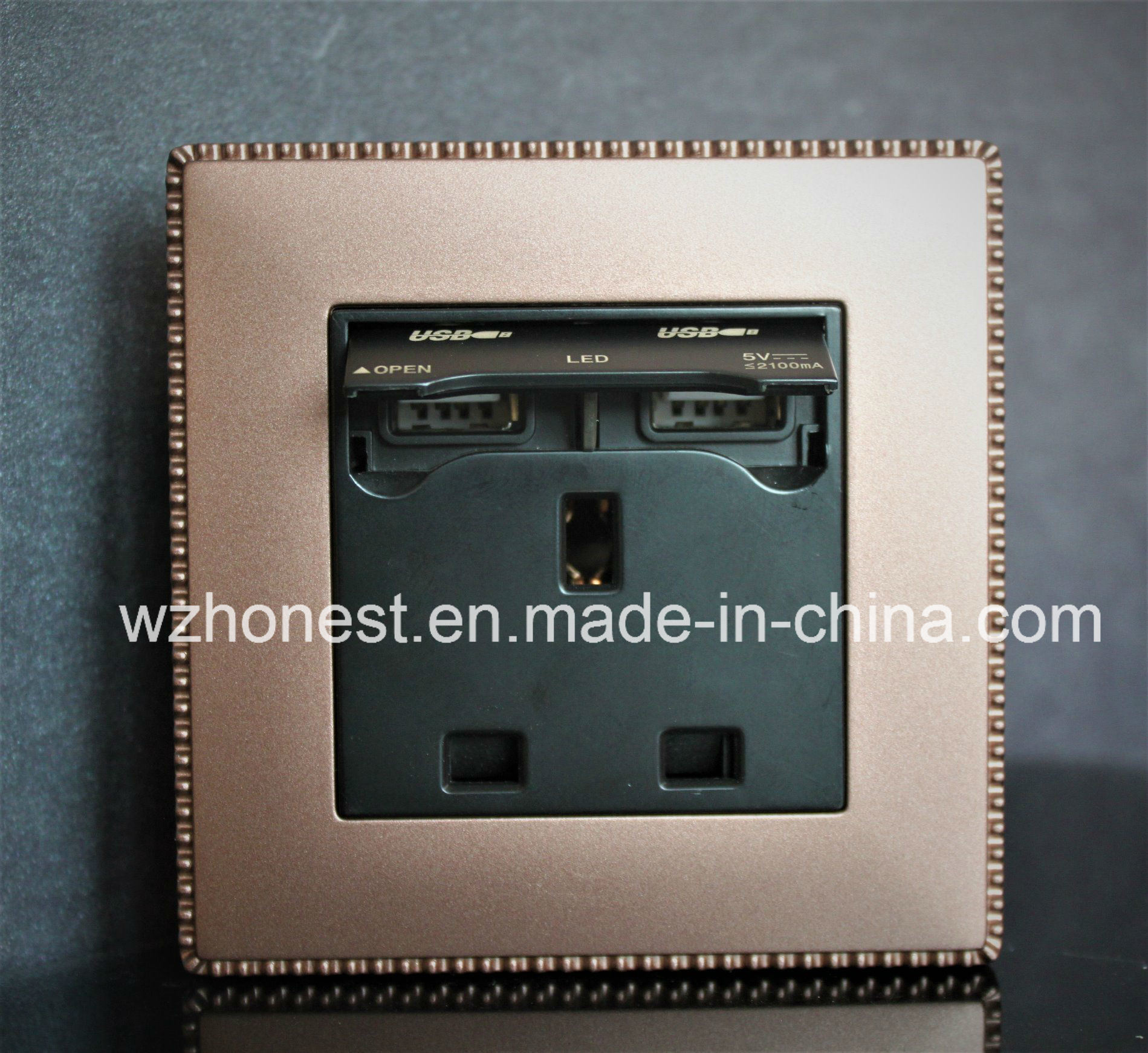 British 13A USB Socket with Double USB Charging Ports, 2100mA USB Port