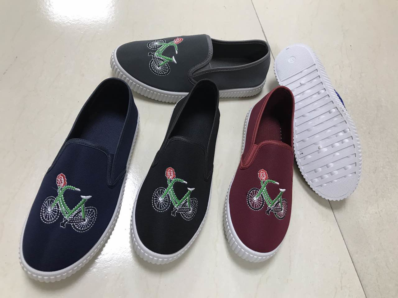 2017 Women′s Classic Canvas Shoes with Flat Embroidery Shoes