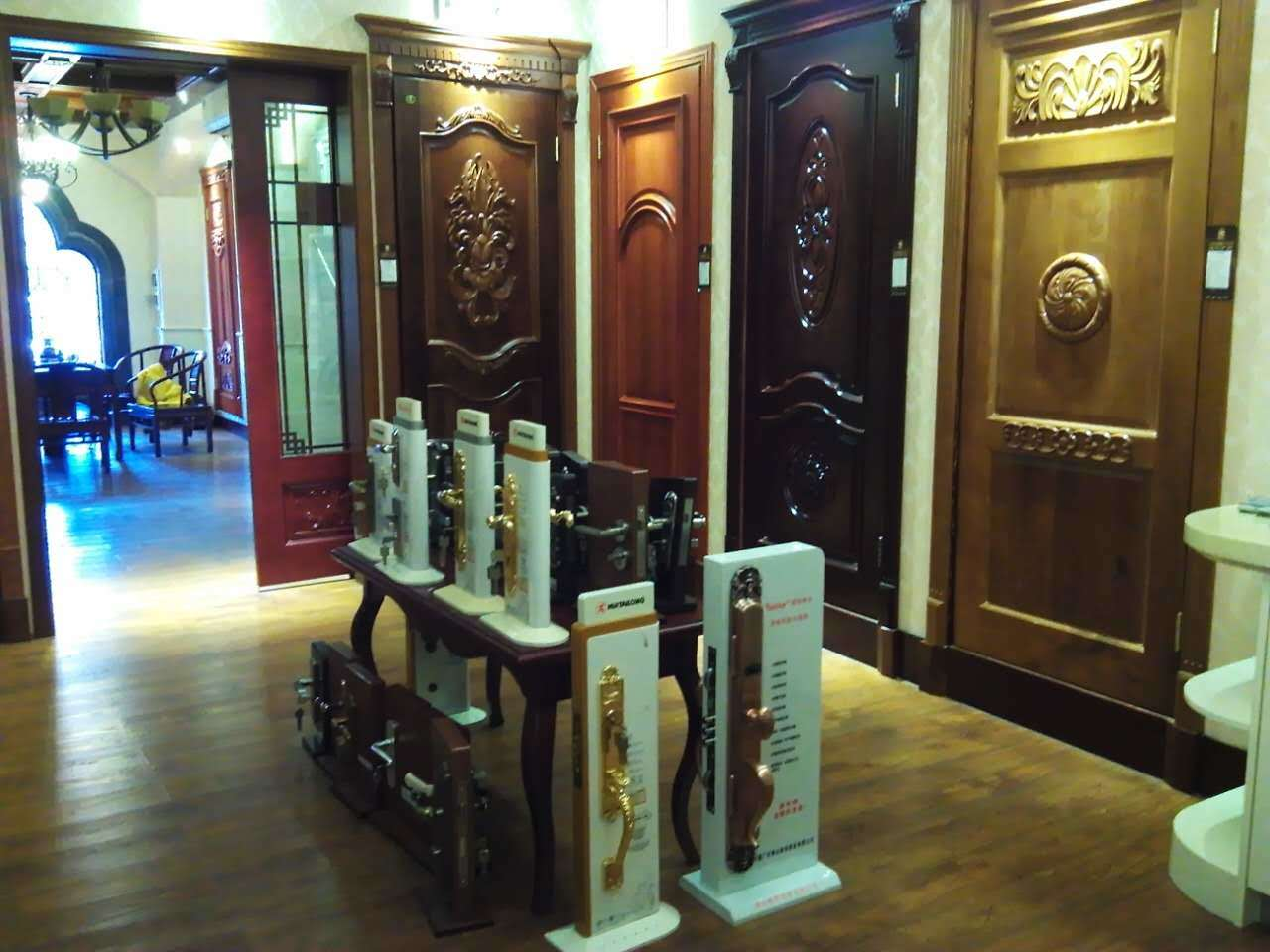 Middle East Style Solid Wood Door with Luxury Carving for Villa or Apartment (DS-127)
