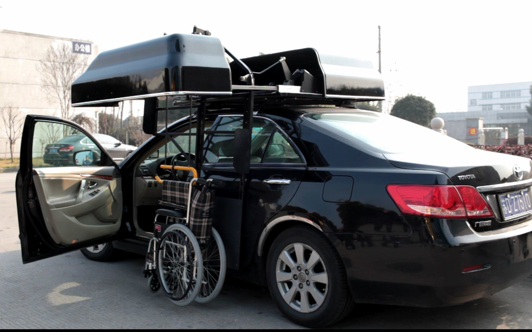 China Auto Roof Box and Aoto Wheelchair Topper for Car with Wheelchair