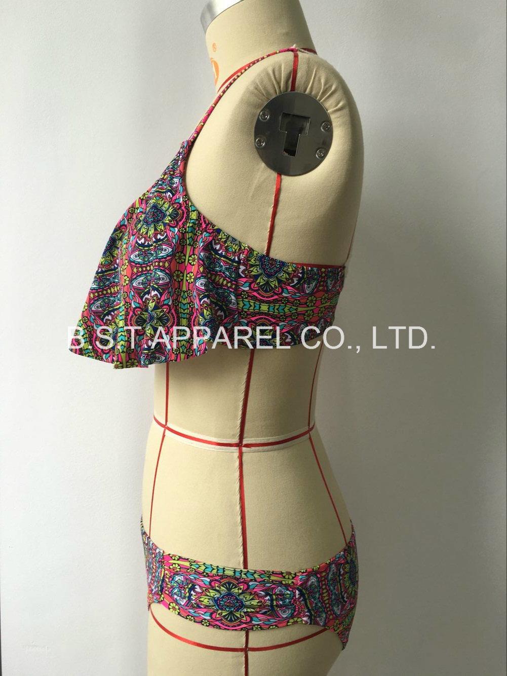 Popular Sexy Crochet Two-Piece Bikini (QG-6125W)