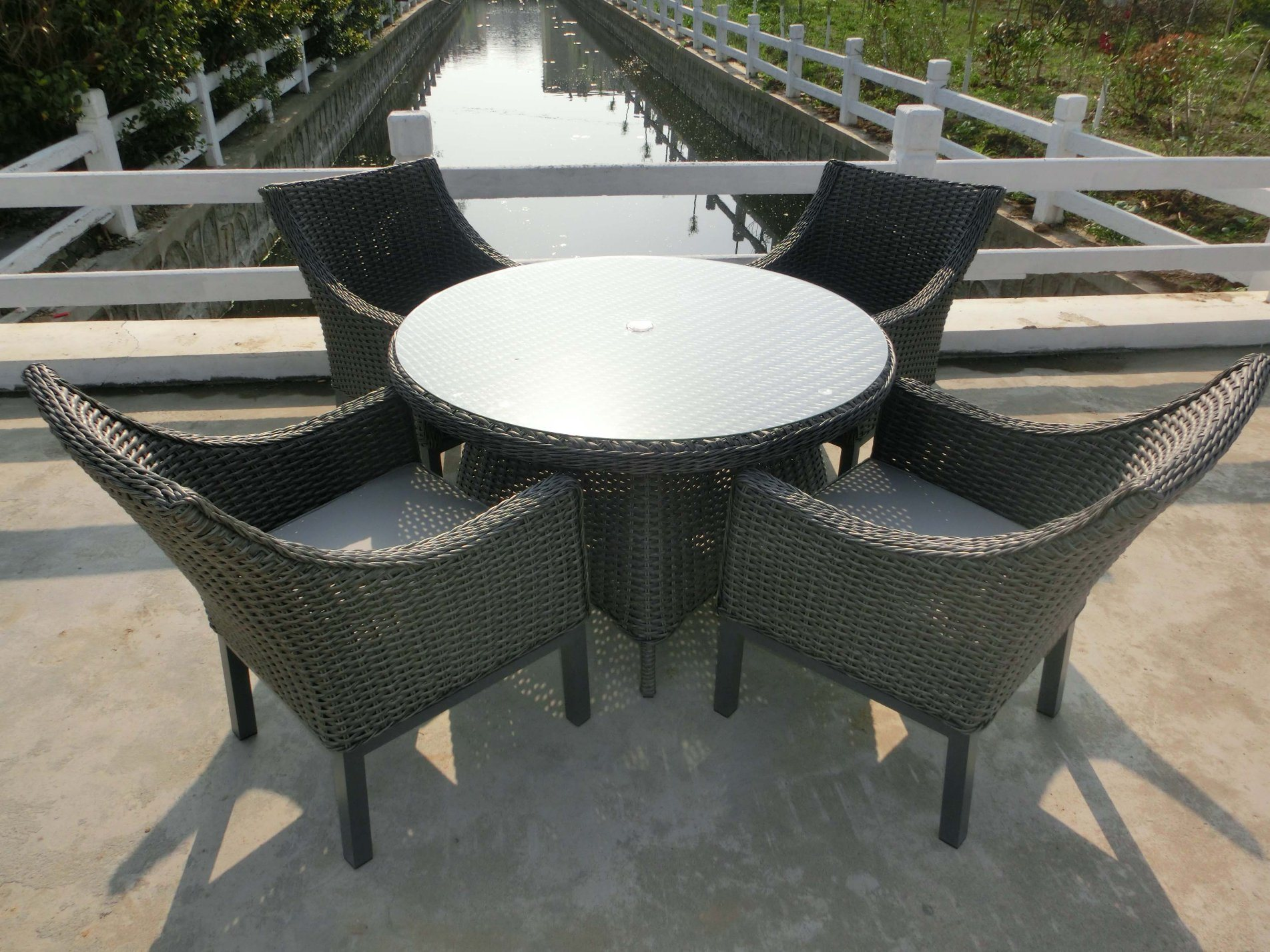 Outdoor Round Wicker Furniture Dining Set