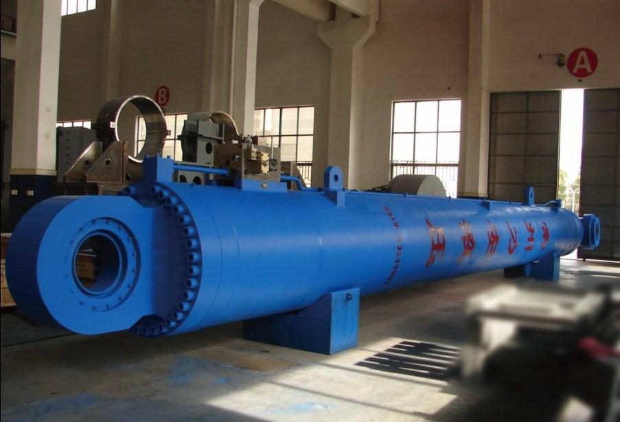 Cilindro hidráulico largo y de gran tamaño
