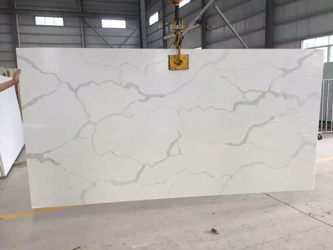 Hot Calacatta Marble Color Engineered Quartz Stone for Hotel Wall Decoration