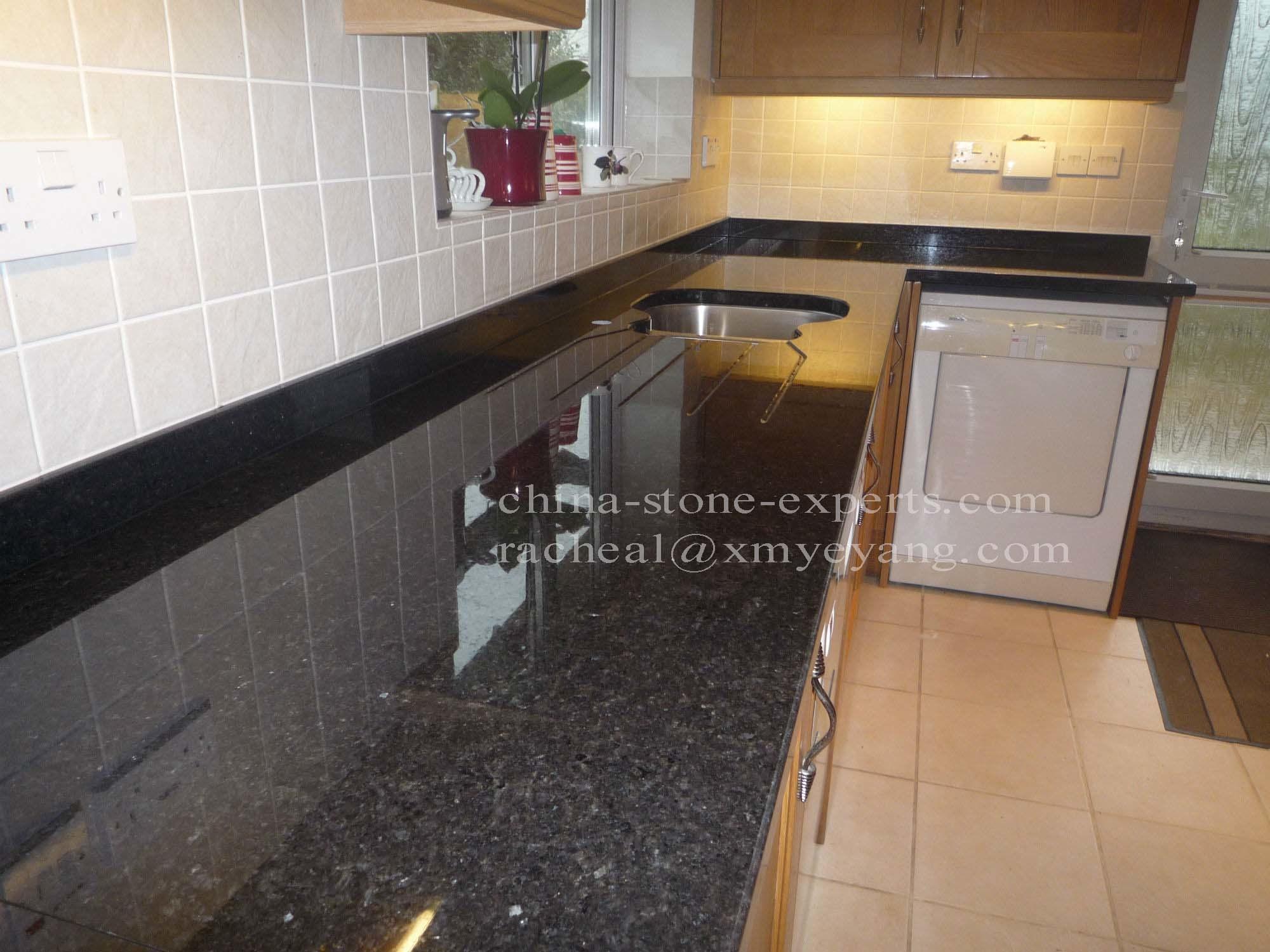 Opgepoetste zwarte countertop van de keuken van het graniet van de ...