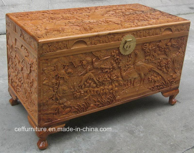 Los chinos de los muebles antiguos tallan el tronco de madera del