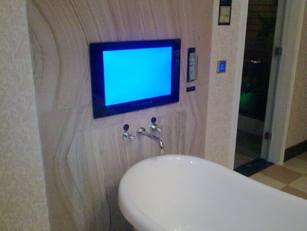 Cuarto de ba o de lujo tv del hotel cuarto de ba o de - Banos de hoteles de lujo ...