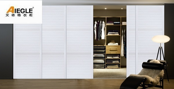 garde robe blanche avec la porte coulissante d 39 obturateur. Black Bedroom Furniture Sets. Home Design Ideas