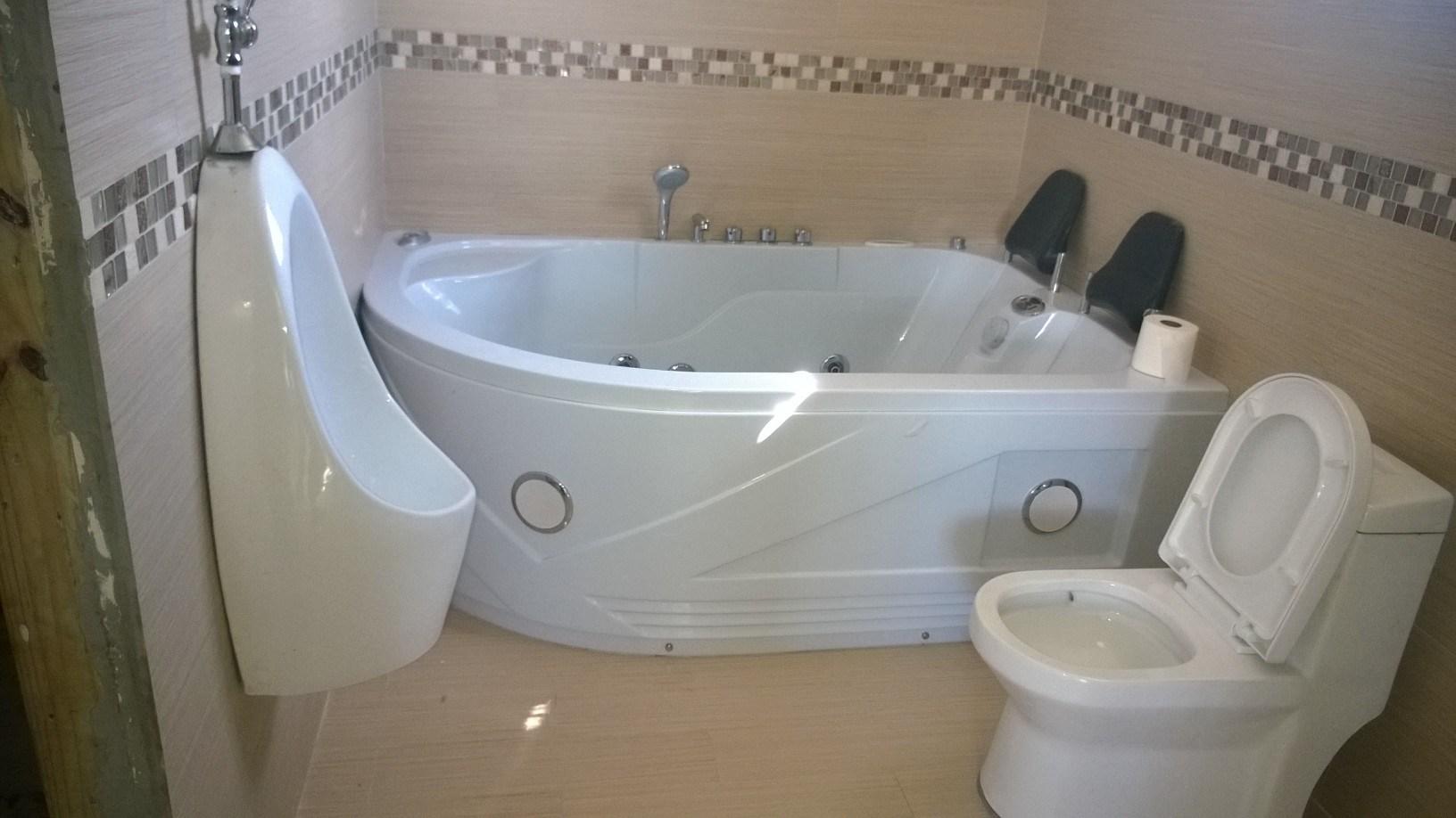 Vasca da bagno automatizzata per due persone della jacuzzi c 1810 foto su it made in for Vasca da bagno per due