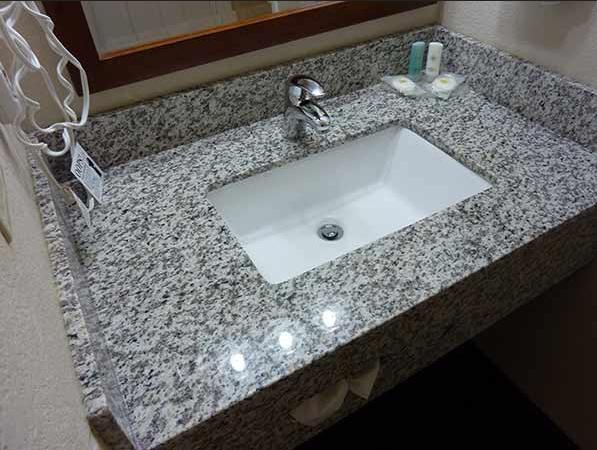 Dessus blanc de vanit de salle de bains de partie for Dessus de comptoir de salle de bain