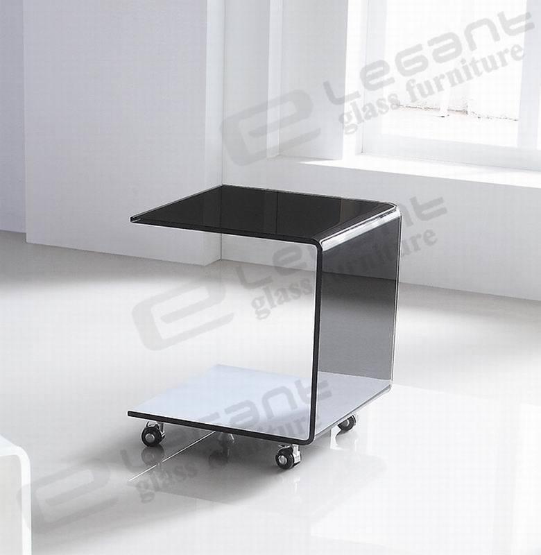 Piccolo tavolino da salotto di Black Hot Bent Glass con Wheels ...