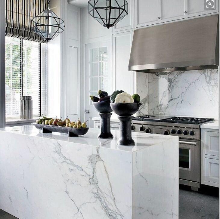 De witte marmeren plak van carrara voor het eiland van de keuken ...