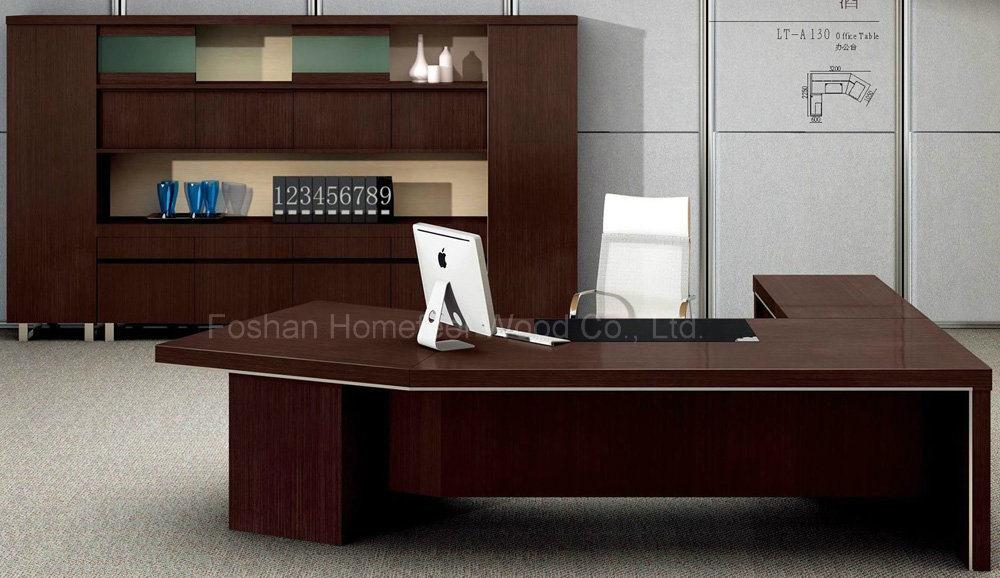 Foto de muebles de madera en forma de l del director for Muebles de oficina en l