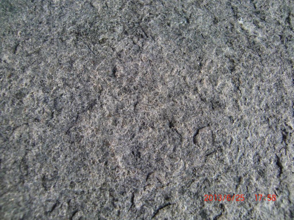 타오른 표면을%s 가진 고대 자연적인 까만 화강암 벽 도와 ...