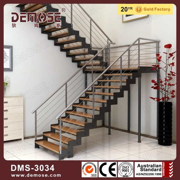 escaleras de acero de la viga de madera con el paso dms
