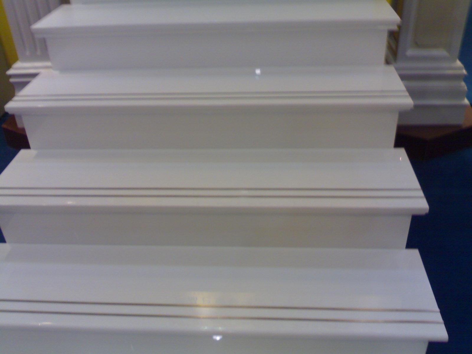 Escaleras de m rmol blancas para el paso del piso for Tipos de pisos para escaleras