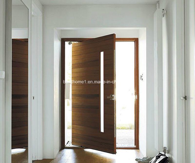 Puerta p vot de madera con estructura residencial moderna for Puertas pivotantes madera