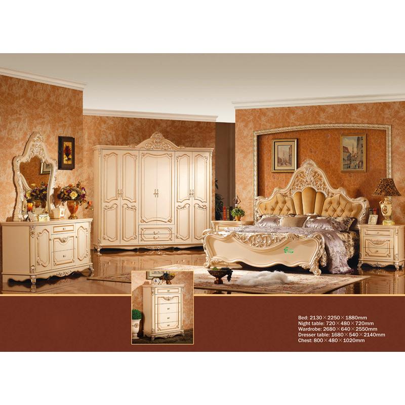 mobilia antica della camera da letto con il re bed e