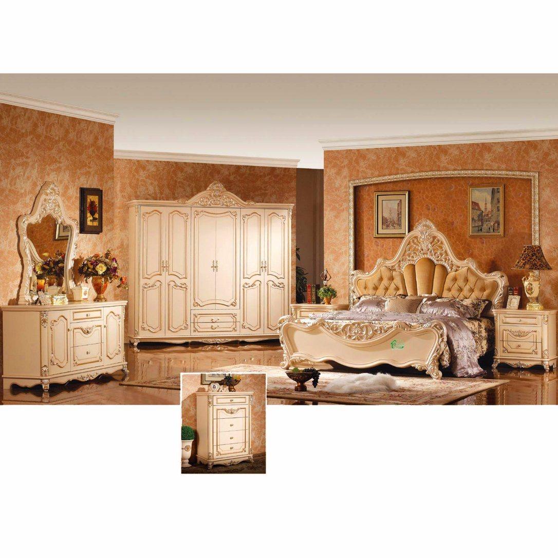 Het antieke meubilair van de slaapkamer met het bed en de garderobe van de koning w811b het - Meubilair van de ingang spiegel ...