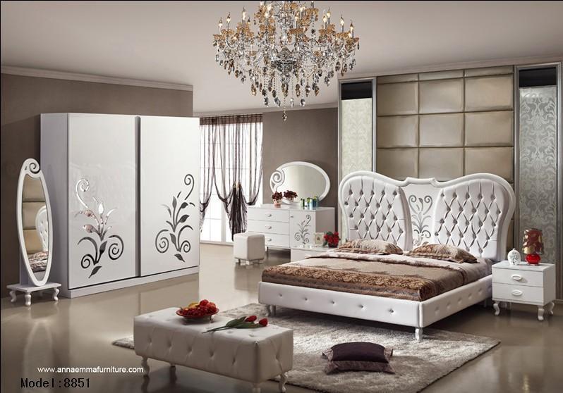 Muebles de lujo clásicos del dormitorio con la cama de reina y el