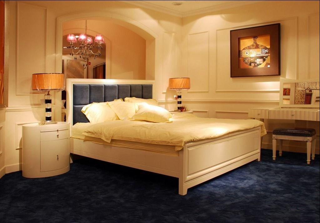 het meubilair van de slaapkamer van het hotel zxx 3303