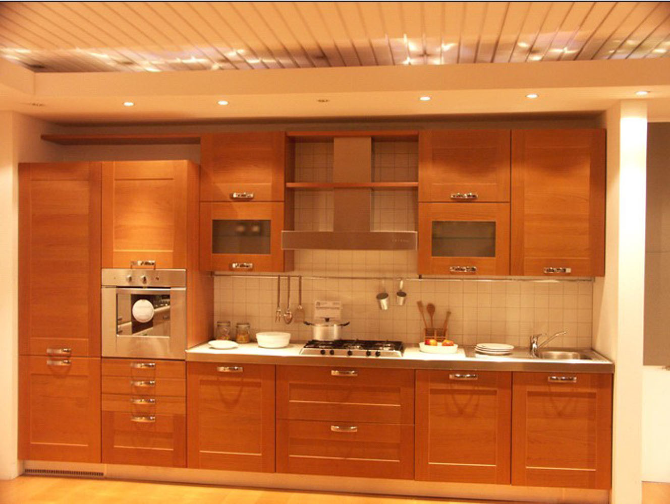 Foto de roble rojo arce gabinetes de cocina de madera for A one kitchen cabinets ltd