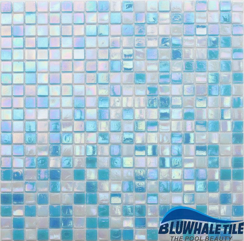 Tuile de mosa que bleue iridescente en verre de - Configuration salle de bain ...