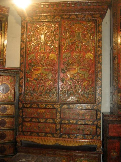 Muebles pintados y tallados del tibetano del guardarropa for Muebles tibetanos
