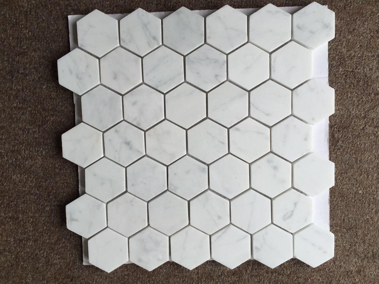 Mattonelle di marmo bianche del mosaico esagonale del marmo dell'oro di Calacatta foto su it ...