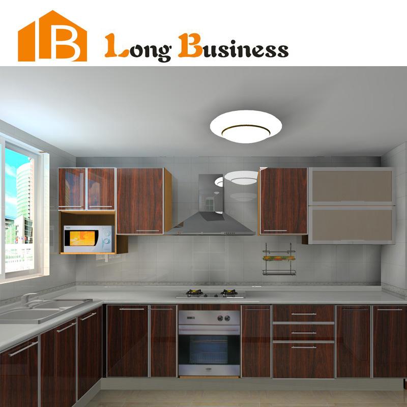 Altos muebles de madera brillantes de la cocina de la for Muebles altos de cocina